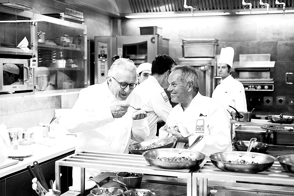 _Alain-Ducasse-&-Wolfgang-Puck-trying-the-dish-in-AD-kitchen-at-The-Dorchester-(high-res-b&w)